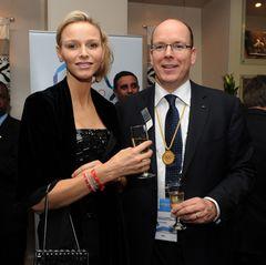 Nur drei Tage nach ihrer Hochzeit am 1. Juli 2011 reisen Fürstin Charléne und Fürst Albert in die Heimat der Braut, nachSüdafrika - nicht nur in die Flitterwochen, sondern auch, um einen offiziellen Termin wahrzunehmen. Noch etwas müde zeigen sich die frisch Vermählten bei einer Tagung des Internationalen Olympischen Komitees in Durban.