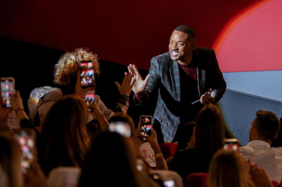 """25. September 2019  Für die Fans gibt es High Fives von Schauspieler Will Smith bei der Vorstellung seines neuen Films """"Gemini Man"""" in Budapest."""