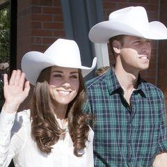 """Nach ihrer Hochzeit im April 2011 fliegen Herzogin Catherine und Prinz William Ende Juni desselben Jahres für eine Woche nach Kanada. Bei der """"Calgary Stampede"""", einer jährlich stattfindenden Landwirtschaftsausstellung in der kanadischen Stadt inklusive Rodeo-Show, tragen die beiden frisch Verheirateten stilecht Cowboyhüte."""