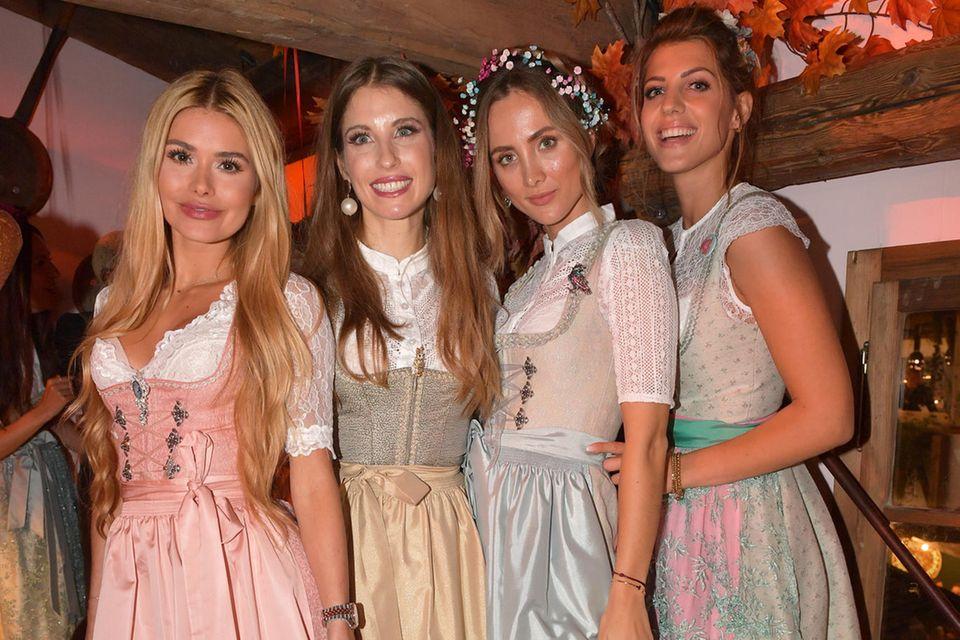 Pamela Reif, Cathy Hummels, Carmen Kroll und Sarah Harrison (von links) haben sich beim Pastell-Look wohl abgesprochen. Fest steht aber: Alle vier sehen wunderschön aus.