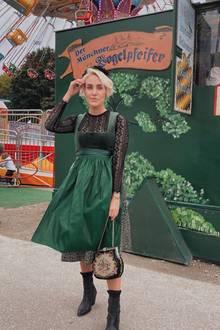 Bloggerin Sophia Faßnacht zeigt Mode-Mut und bezaubert im dunkelgrünen Dirndl mit schwarzer Spitzenbluse vom Label Limberry.