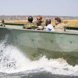 Prinz Harry + Herzogin Meghan: Im Anschluss begleitet Prinz Harry die Schutz-Patrouille bei ihrer Tour auf dem Chobe-Fluss.