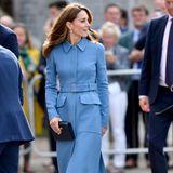 Zum vierten Mal trägt Herzogin Catherine dieses blaue Mantelkleid von Alexander McQueen zu einem offiziellen Termin und sieht toll aus! Kein Wunder, die kreativen Köpfe des Labels kennen ihre Maße perfekt, siedesignten auch Kates Brautkleid. Ein Taillengürtel, aufgenähte Taschen und ein spitzer Kragen machen das schlichte Designerstück zu einem absoluten Hingucker. Dazu trägt sie Pumps mit Blockabsatz.
