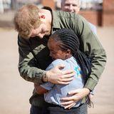 Prinz Harry + Herzogin Meghan: Herzliche Umarmungen für Prinz Harry gibt es auch bei seinem Besuch einer Erste-Hilfe-Station in Kasane, Botswana.