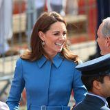 Ihr Haar fällt ihr wie immer perfekt geföhnt über die Schultern. Dazu trägt Catherinedie weißgoldenen Diamantenohrringe von Mappin & Webb für fast 1.400 Euro.