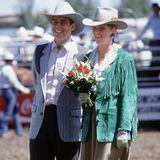 Ein Jahr nach ihrer Hochzeit reisen Prinz Andrew und seine damalige Frau Sarah Ferguson im Juli 1987 nach Kanada. Dort zeigt die Mutter von Prinzessin Beatrice und Prinzessin Eugenie ihr Faible für 80er-Jahre-Mode wie hier mit einem grüner Wildlederjacke mit Schulterpolstern.
