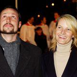 Prinz Haakon und Prinzessin Mette-Marit geben sich im August 2001 das Jawort. Anfang Dezember 2001 nehmen sie in an einer Zeremonie zum Entzünden der Lichter am Weihnachtsbaum am LondonerTrafalgar Square teil.