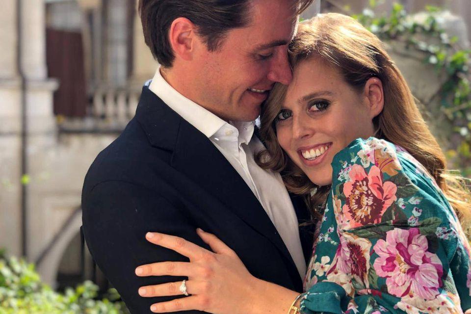 Überglücklich geben Prinzessin Beatrice undEdoardo Mapelli Mozzi ihre Verlobung bekannt. Der Platin- und Diamantring ist vonviktorianischenund Art-Deco-Designs inspiriert.