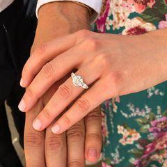 Für das Design desbesonderenVerlobungsrings tut sich Edoardo mit dem britischen Juwelier Shaun Leane zusammen. Rund vier Monate sollen die Arbeiten an dem funkelnden Schmuckstück gedauert haben.