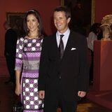 Im Mai 2004 heiratenPrinzessin Mary und Prinz Frederik in einer feierlichen Zeremonie. Vier Monate später, im September 2004, reisen die beiden nach Großbritannien und nehmen unter anderem an der Eröffnung einer Kunstausstellung in der Londoner Royal Academy of Arts teil.