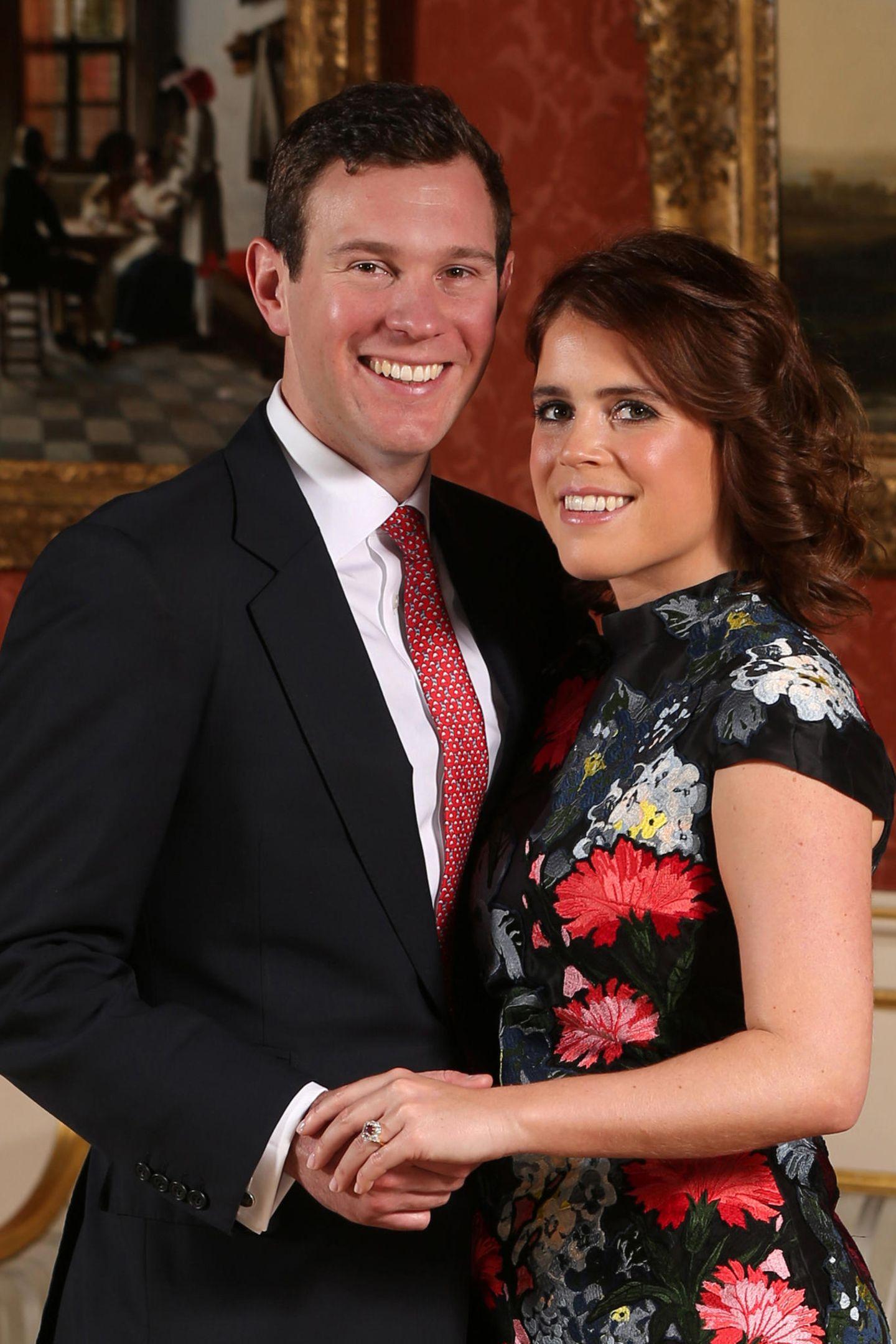 Seiner großen Liebe, Prinzessin Eugenie, steckt Jack Brooksbank einen besonders außergewöhnlichen Verlobungsring an den Finger:Das Schmuckstück ziert ein pinkfarbenerPadparadscha Saphir, der von Diamanten eingerahmt wird.