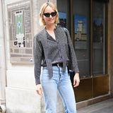 Amber Valletta zeigt sich auf dem Weg zu einem Casting leger: Eine helle Jeans, spitze Boots und eine graue Bluse erben einen tollen Look.