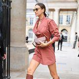 Irina Shayk zeigt sich in einem stylischen Minikleid und mit braunen, kniehohen Boots.
