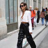 Izabel Goulart macht auf den Straßen von Paris eine tolle Figur. In Lederhose und kurzem Blazer setzt sie ihre Kurven in Szene.