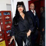Rihanna zeigt sich auf dem Weg zur Fenty-Aftershow-Party in einem komplett schwarzen Look zu dem sie knallrote Lippen trägt.