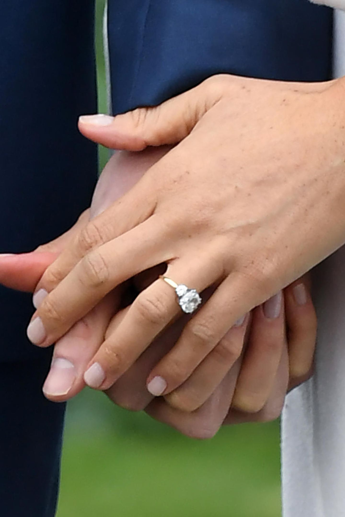 So stammen die zwei äußeren, kleineren Diamanten mit je einem Karat aus einem Schmuckstück von Harrys verstorbener Mutter, Prinzessin Diana. Der mittlere, große Diamant mit rund drei Karat stammt aus Botswana – ein Ort, zu dem sowohl Prinz Harry als auch Meghan eine besondere Verbindung haben. Gehalten wurden die Edelsteine von einem Ringband aus 750er Roségold.