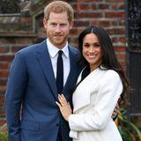 Bei der offiziellen Verkündung ihrer Verlobung strahlen nicht nur Prinz Harry und Meghan Markle um die Wette: Auch der royale Verlobungsring zieht alle Blicke auf sich. Ein Trio aus funkelnden Diamanten schmückt den Ringfinger der ehemaligen Schauspielerin – und allesamt beherbergen besondereBedeutungen ...
