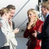 Vier Wochen nach ihrer Trauung müssen Königin Máxima und König Willem-Alexander (rechts) im März 2002 nach Belgien zu einer belgisch-niederländischen Konferenz reisen, wo sie von Königin Mathilde und König Philippe (links) empfangen werden. Im April geht's dann weiter nach Ghana.