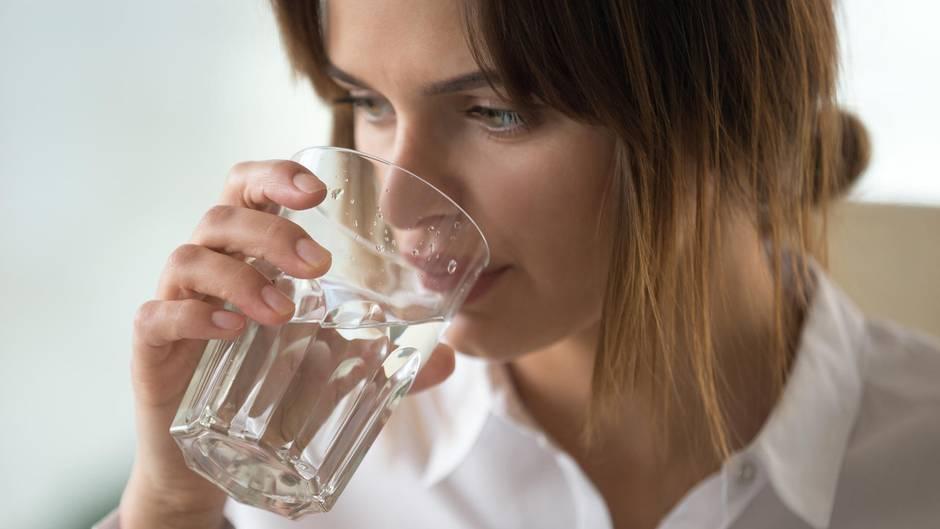 Gesunde Ernährung: Wasser mit Kohlensäure: Macht Sprudelwasser dick?