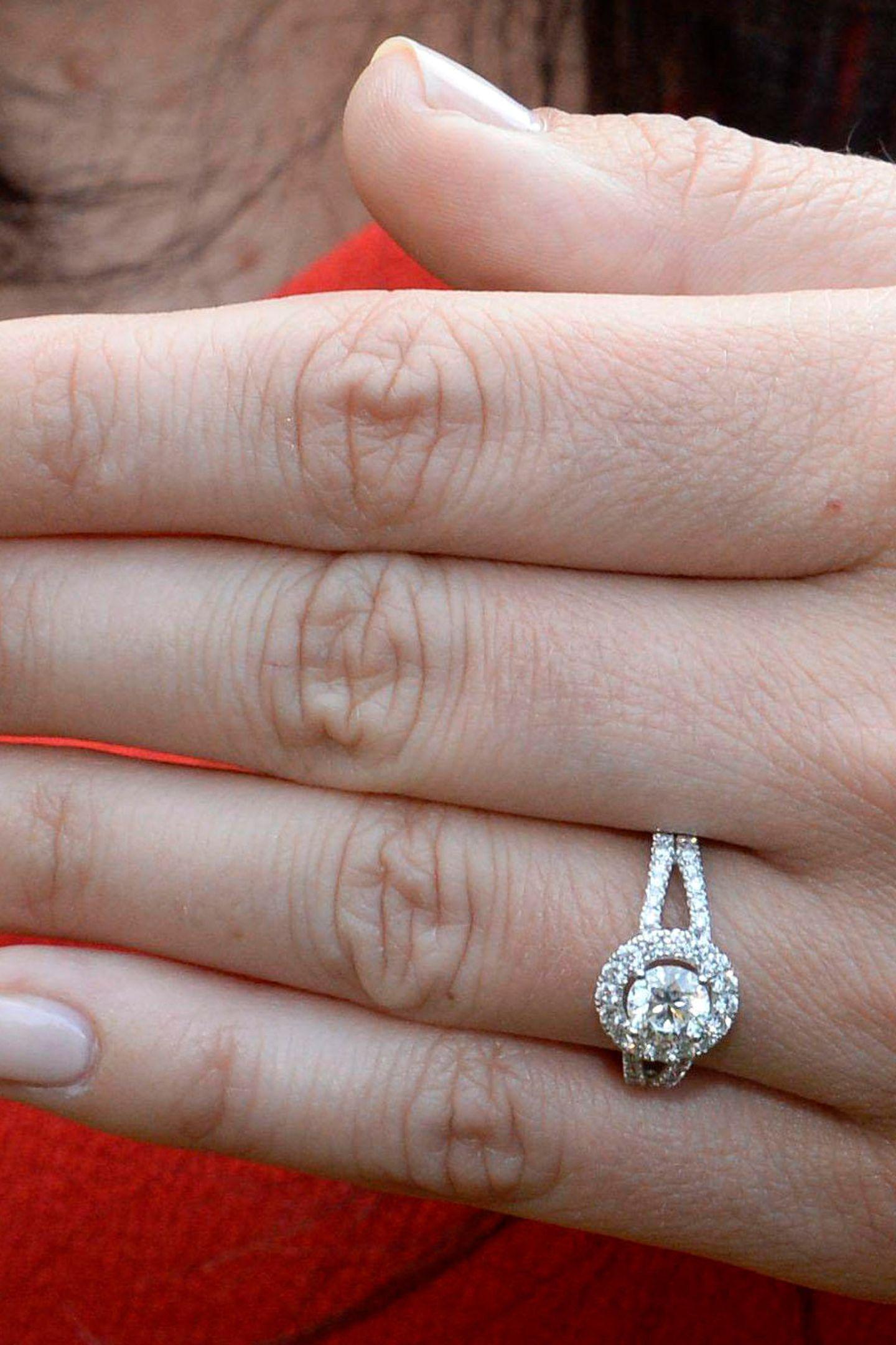 Den Verlobungsring ihres Traumprinzen trägt Sofia voller Stolz!