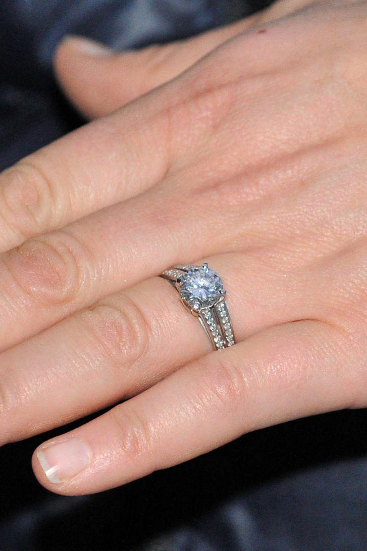 Zaras Verlobungsring besteht aus einemDiamanten, der auf einem Ringband aus Platin ruht. Den Heiratsantrag scheint Mike seiner Verlobten überraschend gestellt zu haben, denn die sonst für solche Anlässe so perfekt manikürten Fingernägel sucht man auf den offiziellen Fotos vergebens.