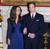 Mit dem ehemaligen Verlobungsring seiner verstorbenen Mutter, Prinzessin Diana, hält Prinz William um die Hand von Kate Middleton an. Denblauen12-Karat-Ceylon-Saphir präsentiert die Herzogin von Cambridge stolz bei dem anschließenden offiziellen Fototermin.