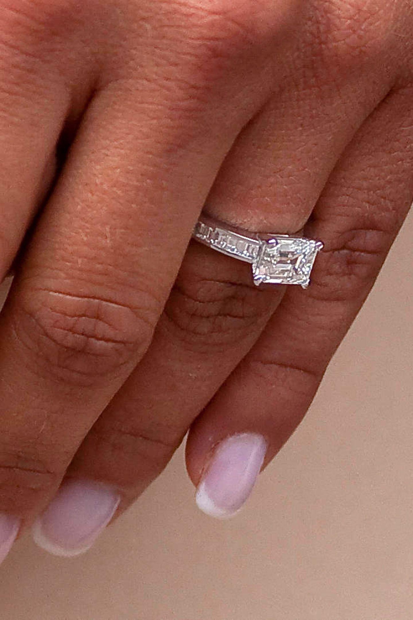 Im April 2010 wird die Verlobung von Madeleine und Jonas aufgrund einer Affäre seinerseits offiziell gelöst. Der schöne mit Diamanten besetzte Verlobungsring ist dann nicht mehr am Ringfinger der Prinzessin zu finden.
