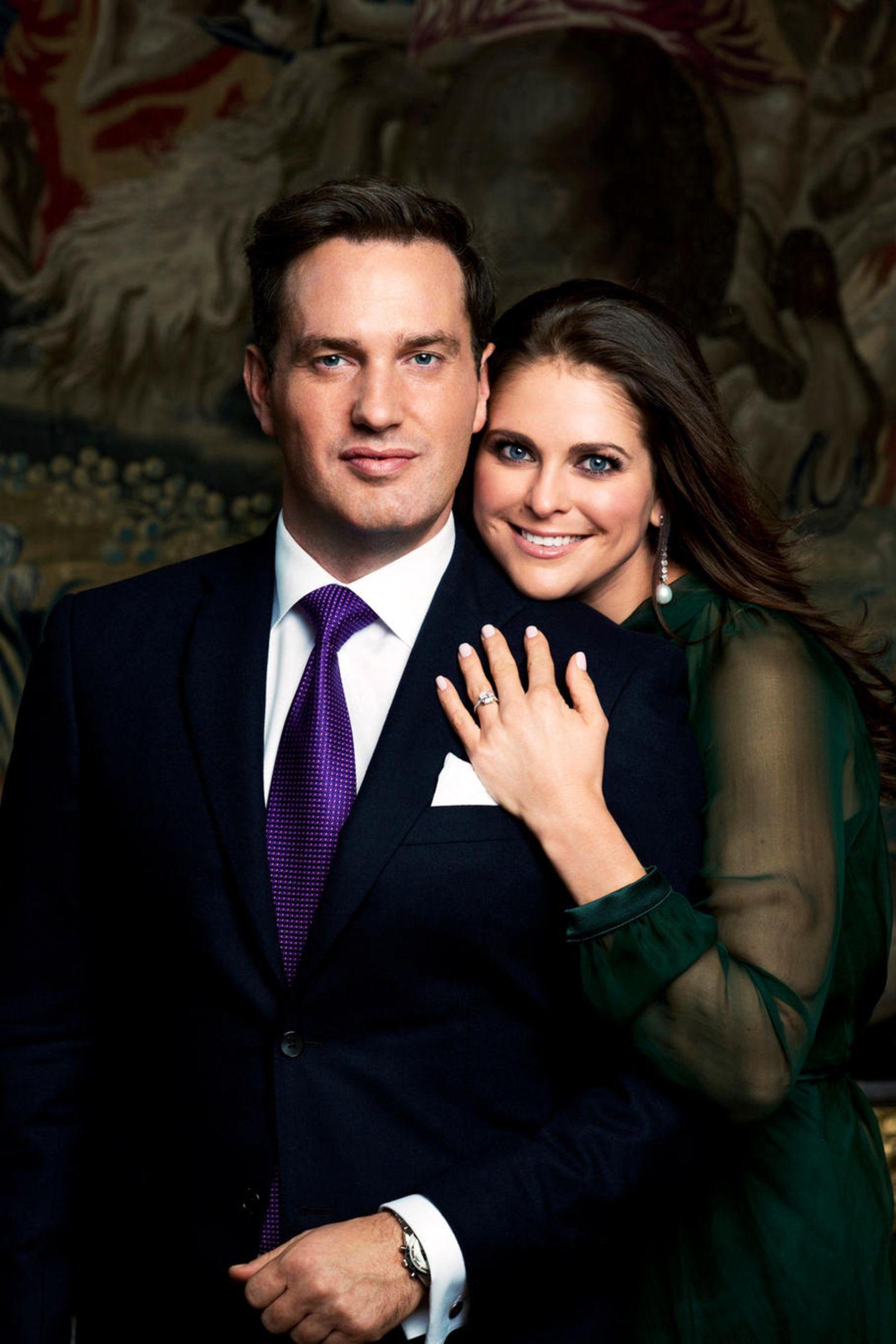 Im Oktober 2012 vermeldet das schwedische Königshaus zum zweiten Maldie Verlobung von Prinzessin Madeleine: Der Geschäftsmann Christopher O'Neill hat um ihre Hand angehalten. Ein funkelnder Ring schmückt seither die Hand der Schwedin.