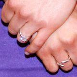 Das liegt an den wunderbaren Brillanten in Tiffany-Fassung. Schätzungen zufolgehat der Verlobungsring nämlich dreiKarat.