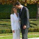 Zur Verkündung der Verlobung mit König Felipe präsentiert sichdie Journalistin Letizia Ortiz bereits in einem weißen Outfit – einer Braut würdig. Auch der royale Verlobungsring, den Felipe für seine Herzdame wählt ist königlich ...
