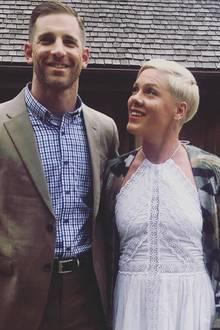 """Anlässlich eines Familientreffens auf einer Farm postet Sängerin Pink ein Bild von sich mit ihrem Bruder Jason Moore. Der 1977 geborene Moore ist Soldat und trägt den Titel """"Lieutenant Colonel""""."""