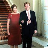 Zur Verlobung steckt König Willem-Alexander seiner Máxima einen ganz besonderen Verlobungsring an den Finger.Das Schmuckstück besteht aus einem großen, orangefarbenen Diamanten in ovaler Form, der von zwei weiteren tränenförmigen Diamanten eingefasst ist.