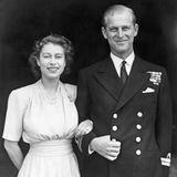 Am 10. Juli 1947 geben Queen Elizabeth und Prinz Philip ihre Verlobung bekannt. Mit einem atemberaubenden Ring hält er um die Hand von Elizabeth an: Denn die im Ring verarbeiteten Diamanten stammen von der Tiara seiner Mutter – Prinzessin Alice von Battenberg.