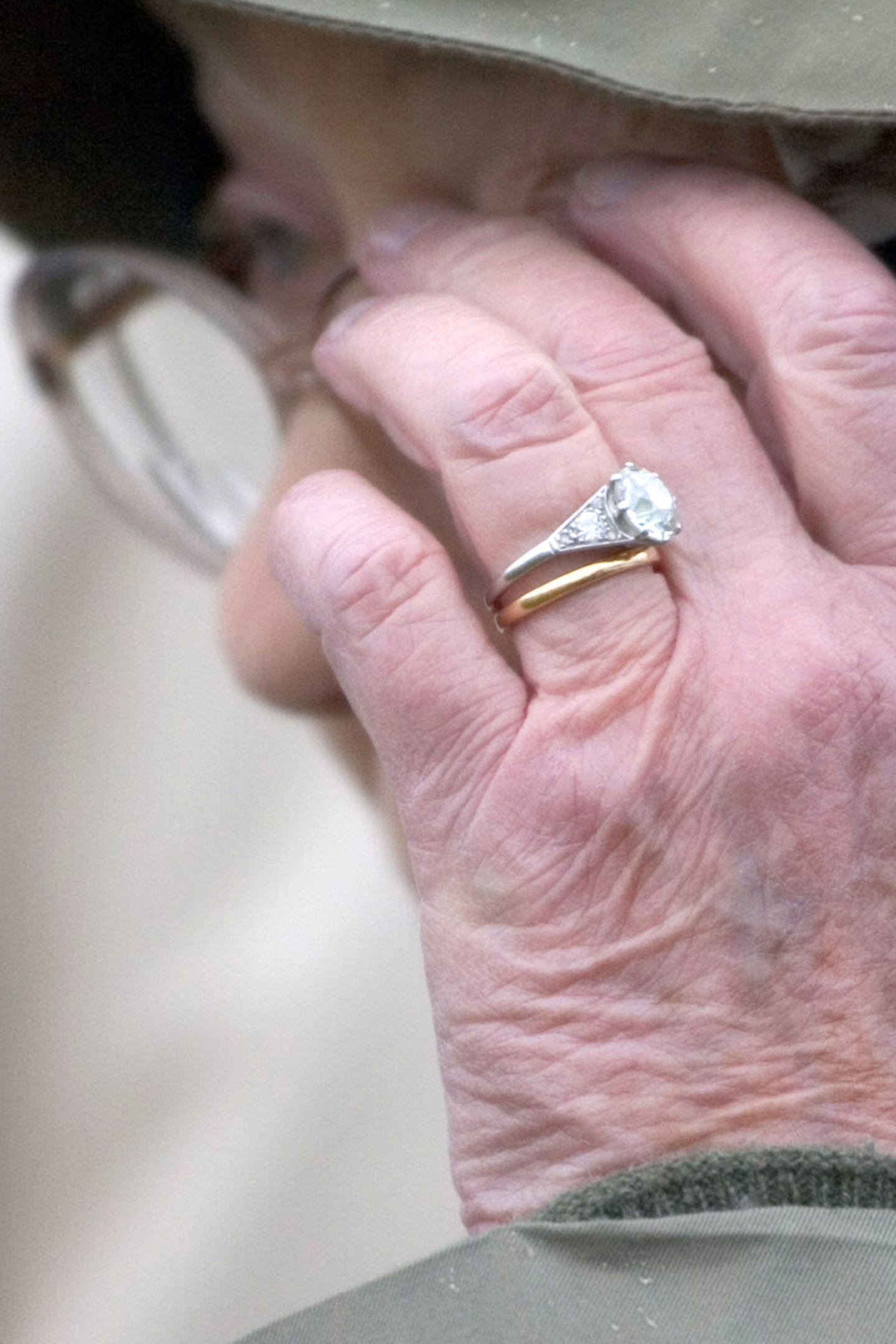 Auch im Jahr 2007 trägt Queen Elizabeth ihren Verlobungsring voller Stolz. Die vergangenen Jahrzehnte scheinen an ihm fast spurlos vorbeigegangen zu sein.