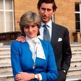 Im Februar 1981 geben Prinz Charles und Diana ihre Verlobung bekannt. Die offiziellen Fotos enthüllen den einzigartigen Verlobungsring der Prinzessin: Er besteht aus 14 einzelnen Diamanten, die einen blauen Ceylon-Saphirin Ovalform einrahmen – eingefasst in 18 Karat Weißgold.