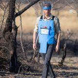 Wie einst seine Mutter Prinzessin Diana widmet sich Prinz Harry in Angola dem Kampf gegen Landminen.