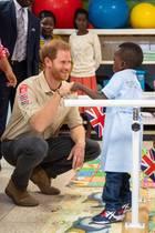 """Ab nun heißt es """"Princess Diana Orthopaedic Centre"""": Am fünften Tag seiner Afrikareise, nimmt Prinz Harry an der Wiedereröffnung des bisher unter dem Namen """"Huambo Orthopaedic Centre"""" bekannten orthopädischen Zentrums teil. Liebevoll widmete er sich dort den kleine Patienten ..."""