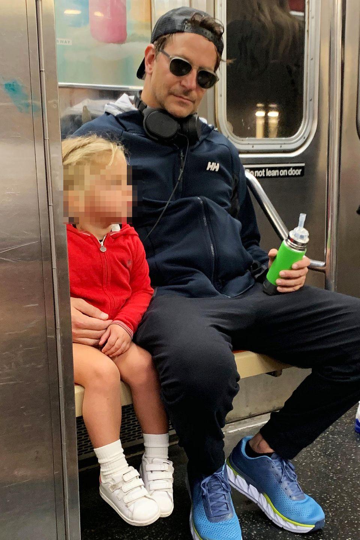 Herrlich bodenständig: Bradley Cooper und Tochter Lea fahren gemeinsam mit der New Yorker Subway. Der Schauspieler versucht sich mit einer Sonnenbrille zu tarnen, wird aber natürlich dennoch erkannt.