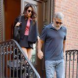 Diese Date-Looks könnten unterschiedlicher nicht sein: Während George Clooney zur Feier seines fünften Hochzeitstags mit Amal eine legere Jeans, Wildleder-Boots und ein blaues Polo-Shirt trägt, zeigt sich die 41-jährige Juristin von ihrer sexy Seite ...