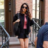 In einem atemberaubenden Date-Look zeigt sich Amal Clooney, als sie vonihrem George zum Dinner in New York ausgeführt wird. Ein schwarzer Minirock enthüllt die schlanken und trainierten Beine der Zweifach-Mama, die sie zusätzlich mit flachen Stiefeln betont. Ihr pinkfarbenes Shirt setzt einen tollen Farbakzent bei ihrem sonst in Schwarz gehaltenenOutfit.