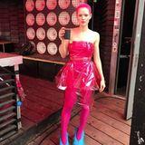 """Ganz in Pink von Kopf bis (fast) Fuß zeigt sich Emilie Schüle während der Dreharbeiten zu """"Wunderschön"""", dem neuen Film von Schauspielkollegin und Regisseurin Karoline Herfurth."""