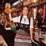 Oktoberfest 2019: Ex-Playmate Gitta Saxx stemmt freudig eine Maß im Festzelt.