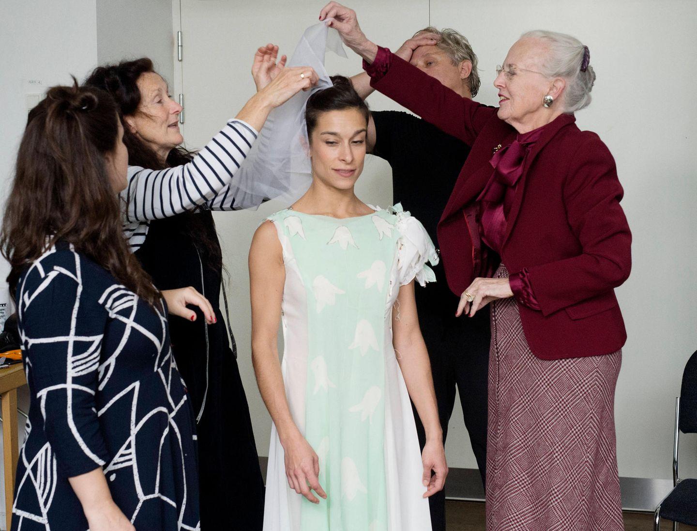 """26. September 2019  Königin Margrethe von Dänemarkpackt bei der Kostümprobe für """"Die Schneekönigin"""" mit an. Das Theaterstück wird ab dem Dezember 2019 im Tivoli in Kopenhagen aufgeführt."""
