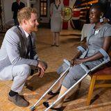 Prinz Harry + Herzogin Meghan: Tag 5 Beim Empfang in der Residenz des Britischen Botschafters in Angola trifft Prinz Harry auf das Landminenopfer Sandra Tigica. Der Moment ist für beide sehr emotional, denn auch Harrys Muter Prinzessin Diana hat Sandra als Kind bereits kennengelernt.