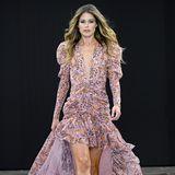 Die Laufstege dieser Welt sind Doutzen Kroes bestens bekannt. Für L'Oreal Paris hüllt sie sich in ein florales Dress in zartem Rosa und schwebt elegant über den Catwalk.