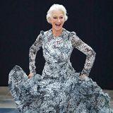 Helen Mirren hebt ab! Die 74-jährige Oscar-Preisträgerin hat so viel Spaß auf dem Catwalk und versprüht so viel Freude, dass man am liebsten selbst mitlaufen möchte. Auf Schuhe zu ihrem Couture-Kleid verzichtet Helen: Sie präsentiert lieber ihre natürlichen und perfekt pedikürten Füße.