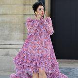 Bollywood-StarAishwarya Rai zieht mit ihrer pinkfarbenen, floralen Robe alle Blicke auf sich. Über den Catwalk der L'Oreal-Show in Paris läuft sie in fransigenPumps – ziemlich extravagant!