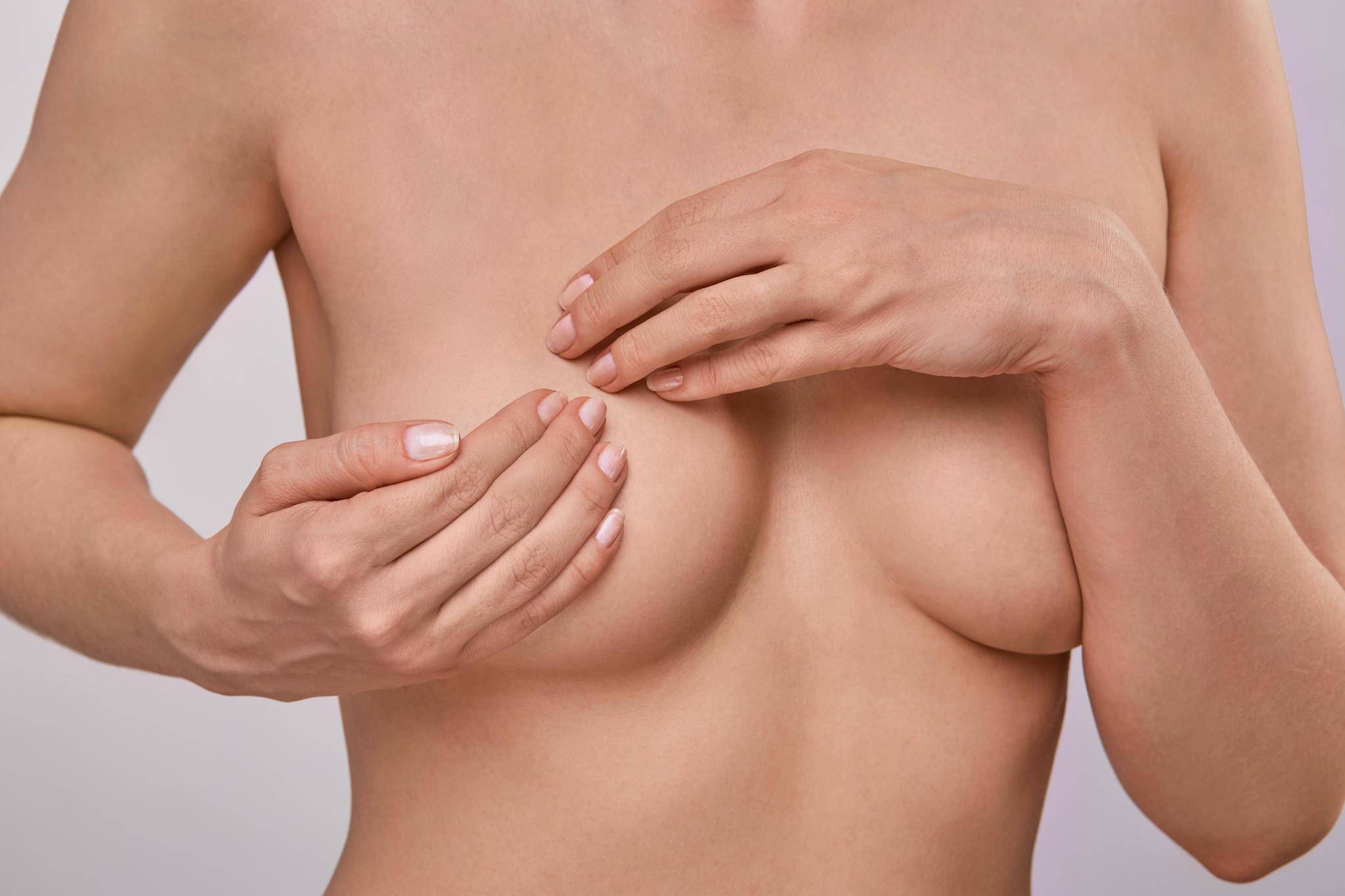 Jede Frau sollte ihre Brüste regelmäßig auf Veränderungen untersuchen.
