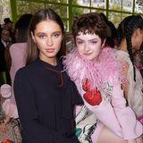 Nachwuchsmodel Iris Law und Schauspielerin Lachlan Watson bewundern die neue Kollektion aus dem Hause Valentino.