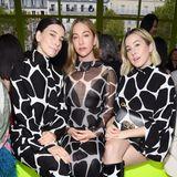 Das Schwesterntrio Haim macht nicht nur großartige Musik, die drei US-Amerikanerinnen begeistern auch in ihren abgestimmten Zebra-Looks von und bei Valentino.